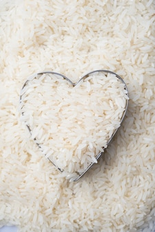 Rijst in hartkom op witte rijst