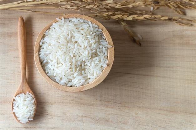 Rijst in houten kom en houten lepel