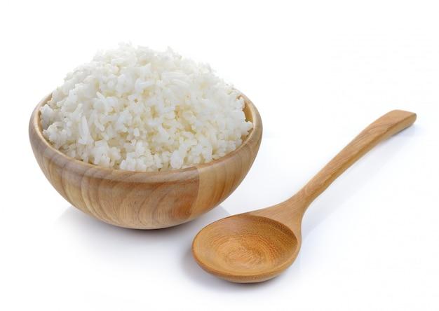 Rijst in houten kom op witte muur