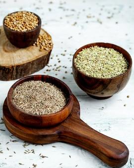 Rijst in houten kommen op tafel