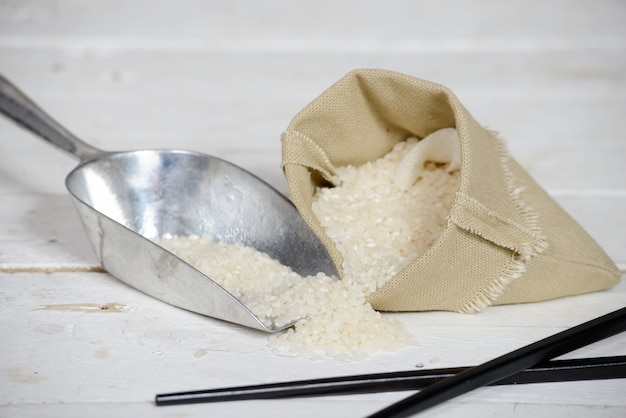 Rijst in kleine jutezak op houten tafel