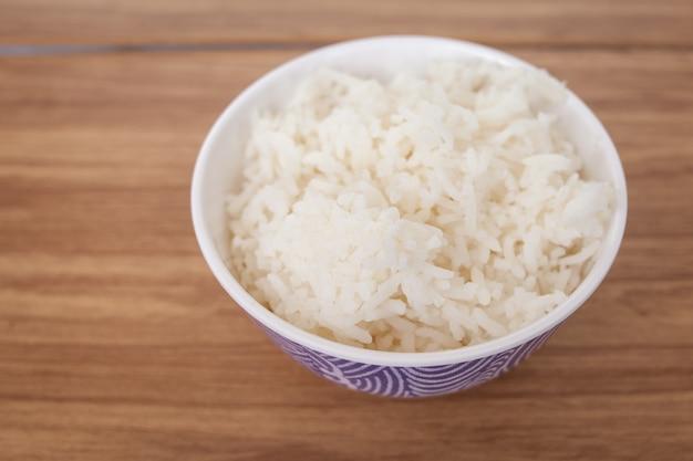 Rijst in kom in restaurant op de houten tafel