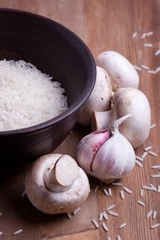 Rijst in kom met champignons