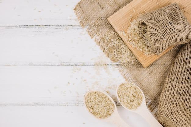 Rijst in lepels en zak