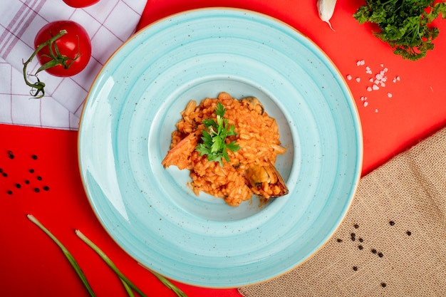 Rijst in tomatensaus met zeevruchten