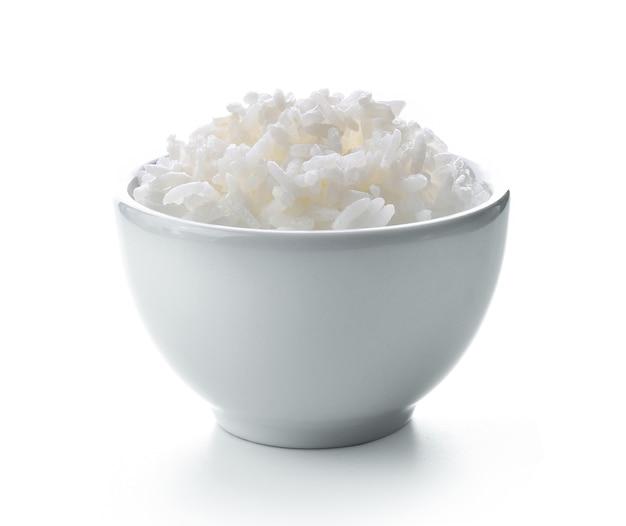 Rijst in witte kom op witte achtergrond