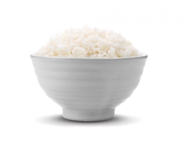 Rijst in witte kom op witte ruimte