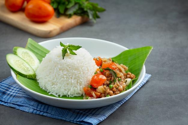 Rijst met basilicum en varkensgehakt.