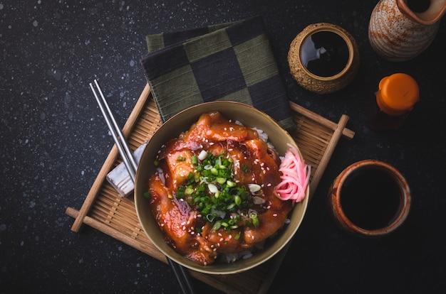 Rijst met gebakken varkensvlees en kimchi saus.