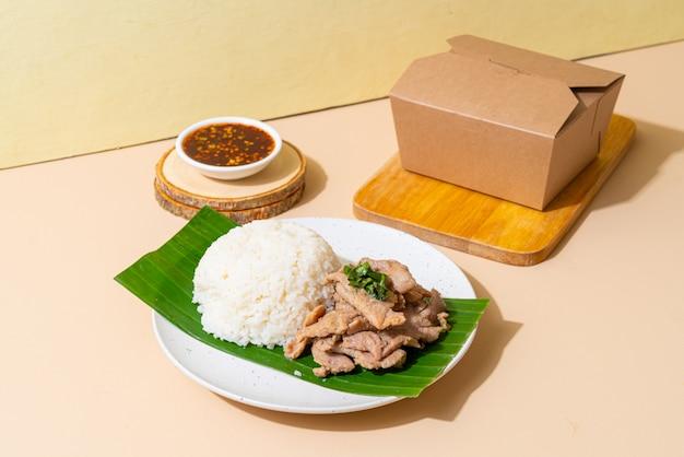 Rijst met gegrild varkensvlees en knoflook met bezorgdoos