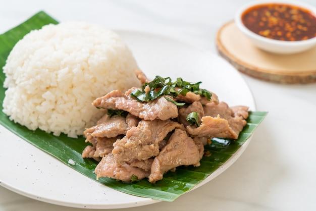 Rijst met gegrild varkensvlees en knoflook