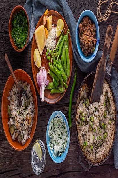Rijst met groenten. proces van het bereiden van een vegetarische maaltijd