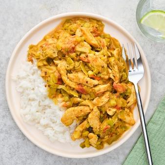 Rijst met kip en groenten in een romige saus.