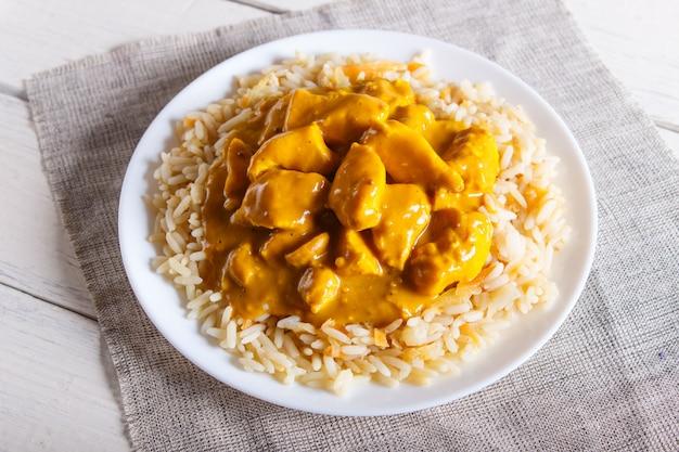 Rijst met kip kerriesaus met cashew