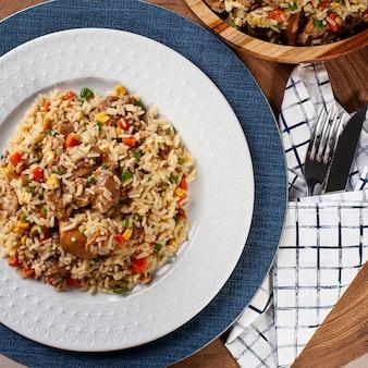 Rijst met kip, typisch braziliaans eten - galinhada. bovenaanzicht