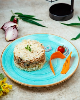 Rijst met kipchampignons in een romige saus