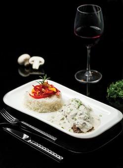 Rijst met kruiden, specerijen en champignons in roomsaus