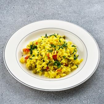 Rijst met kurkuma en doperwtjes. traditionele indiase keuken