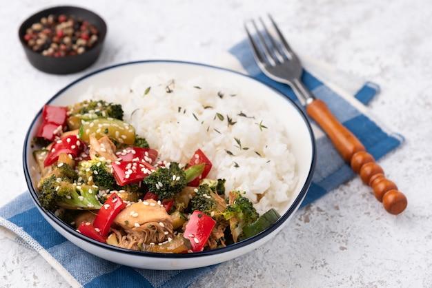 Rijst met plantaardige roer gebakken