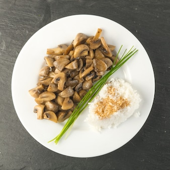 Rijst met sojasaus en champignons. gefrituurde champignons-macro