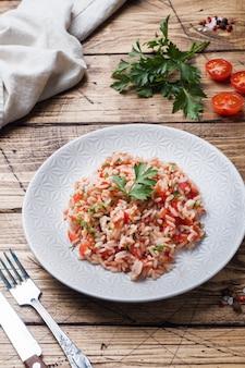 Rijst met tomatensaus en groenen