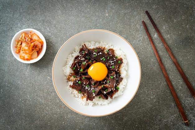 Rijst met varkensvlees met sojasmaak of donburi-kom met japans varkensvlees - aziatisch eten