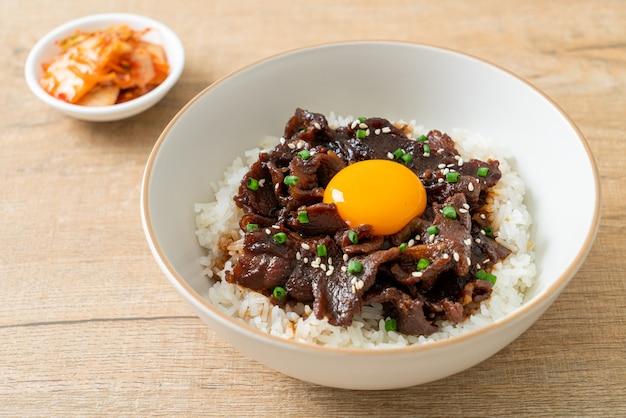 Rijst met varkensvlees met sojasmaak of donburi-kom met japans varkensvlees - aziatische stijl