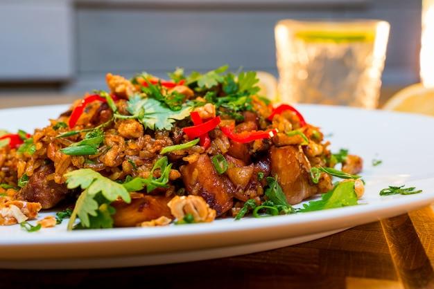 Rijst met vlees gebakken in saus