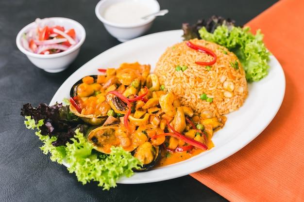 Rijst met zeevruchten, peruviaanse saus en knoflooksaus