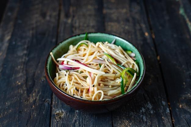 Rijst noedels groenten enoki cellofaan pasta miso ramen soep funchose pho zeevruchten klaar om te eten