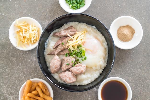 Rijstepap met varkensvlees en ei
