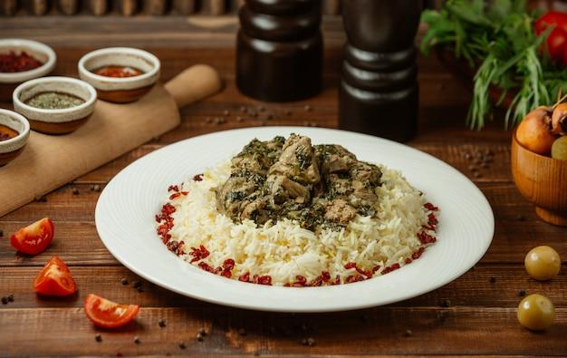 Rijstgarnituur met gebakken vlees en groentenmix