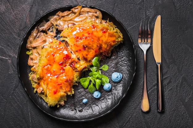 Rijstgerecht met saus en champignons