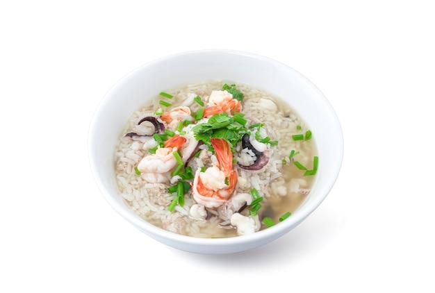 Rijsthavermoutpap met zeevruchten op wit wordt geïsoleerd dat