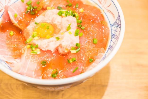 Rijstkom met verse rauwe vis