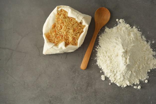 Rijstmeel en rijst over glutenvrije bloem.