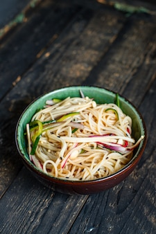 Rijstnoedels enoki champignons plantaardige cellofaan pasta miso ramen soep funchose pho zeevruchten