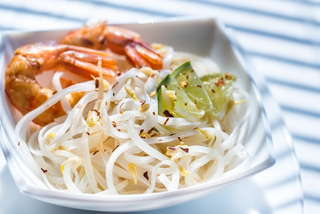 Rijstnoedels met garnalen en taugé