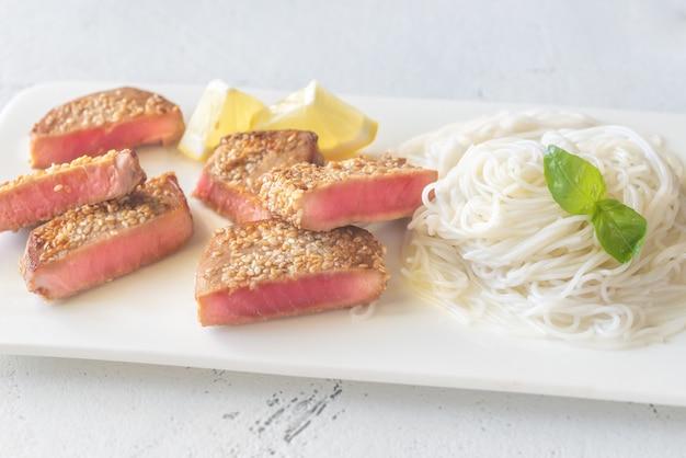 Rijstnoedels met gebakken tonijn