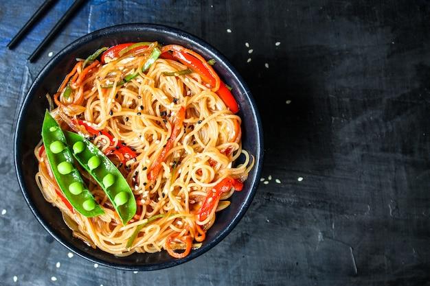 Rijstnoedels met groenten cellofaan pasta natuurlijk product