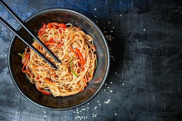 Rijstnoedels met groenten cellofaan pasta tweede gangen eten