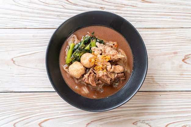 Rijstnoedelsoep met gestoofd varkensvlees. aziatische eetstijl