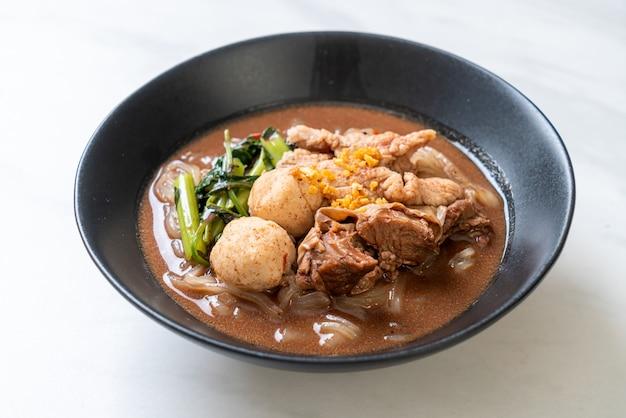 Rijstnoedelsoep met gestoofd varkensvlees, aziatische voedselstijl