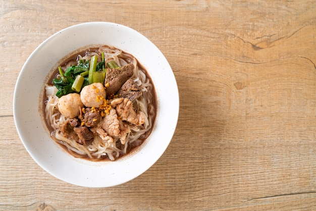 Rijstnoedelsoep met gestoofd varkensvlees