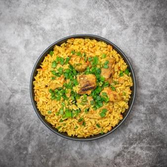 Rijstpilaf met vleeswortel en ui op grijze achtergrond. bovenaanzicht