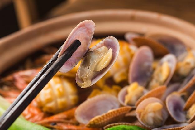 Rijstpot met zeevruchten in kantonese stijl