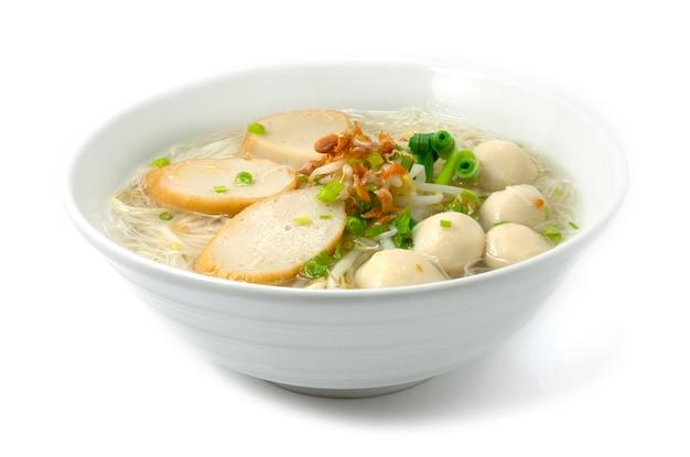 Rijstvermicelli-noedels met gemengde visballetjes in heldere soep