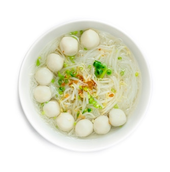 Rijstvermicelli-noedels met visballetjes in heldere soep