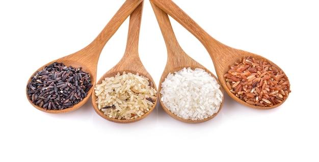 Rijstverscheidenheid in lepels op tafel