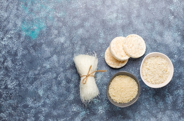 Rijstvlokken, rijstnoedels, rijstbrood en rijst, bovenaanzicht